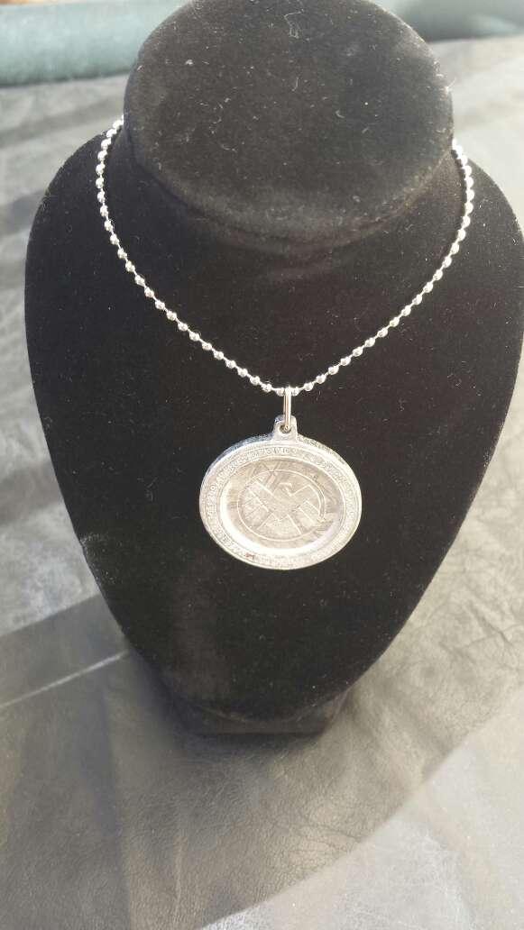 Imagen producto Colgante escudo meteorito metálico  3