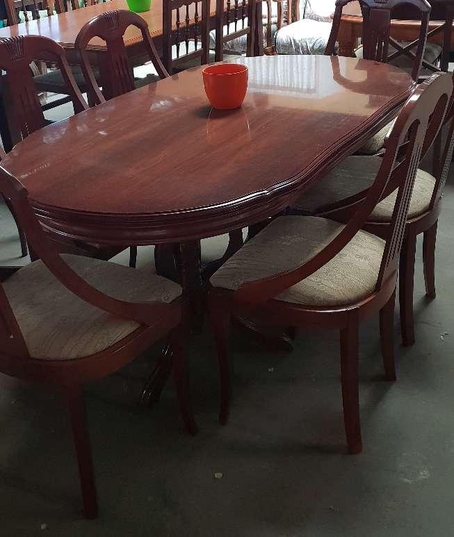 Imagen Mesa extensible y seis sillas 195 €