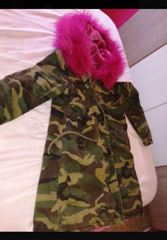 Imagen Chaqueta militar de pelo rosa
