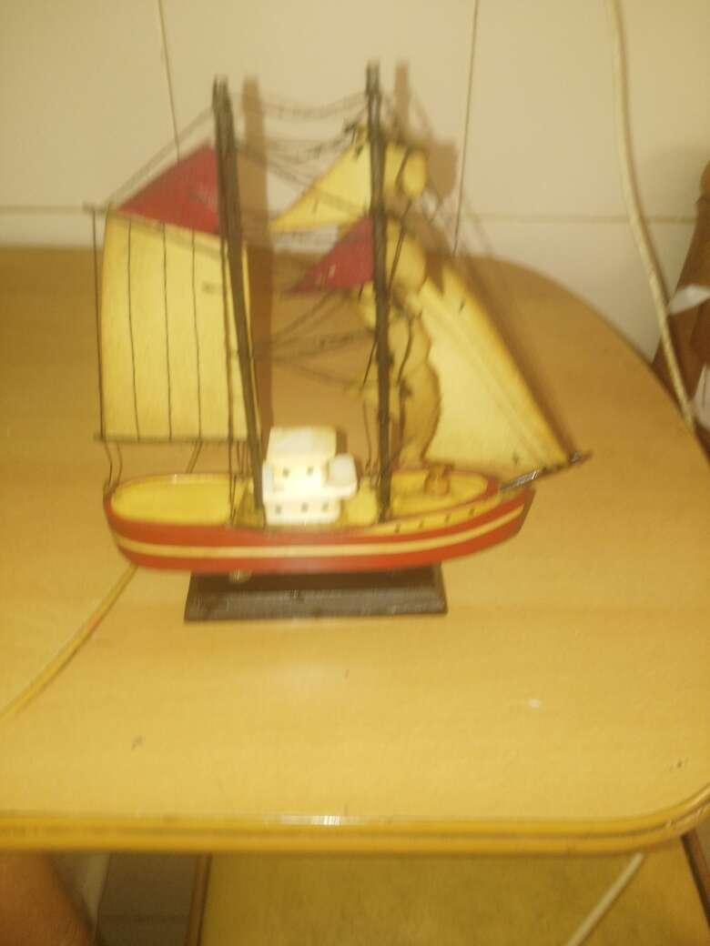 Imagen barco de madera pequeño