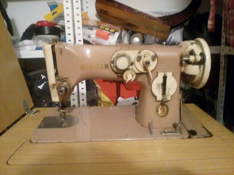 Imagen producto Máquina de coser marca Singer del año 1960 2