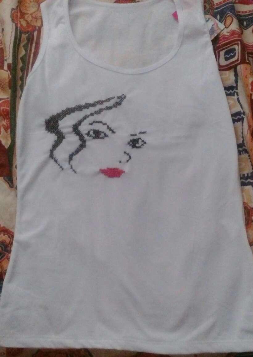 Imagen camisetas bordada a punto de cruz