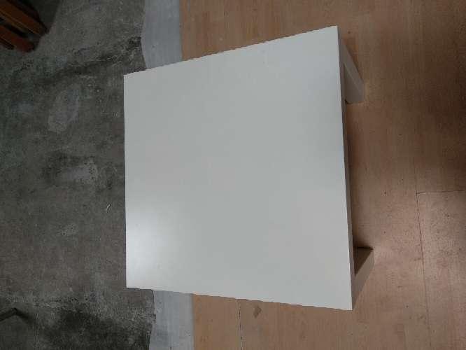 Imagen mesa auxiliar blanca