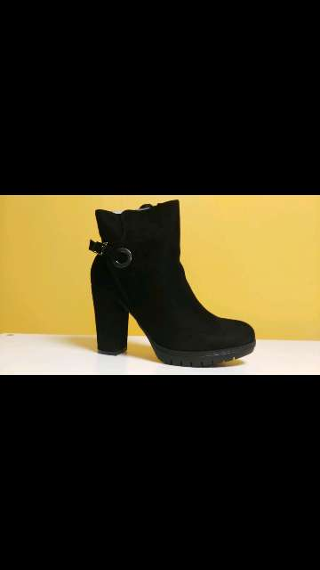 Imagen bota negra tacón