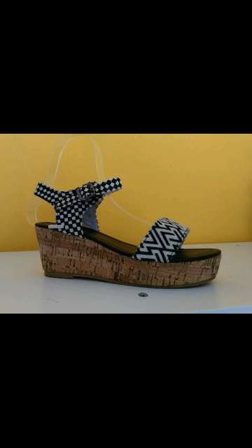 Imagen sandalia blanca y negra
