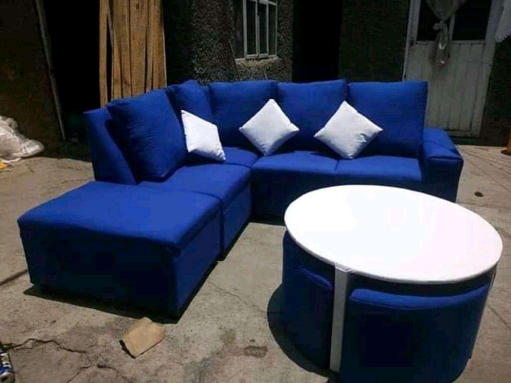 Imagen Sala azul con mesa de centro con 4 taburetes