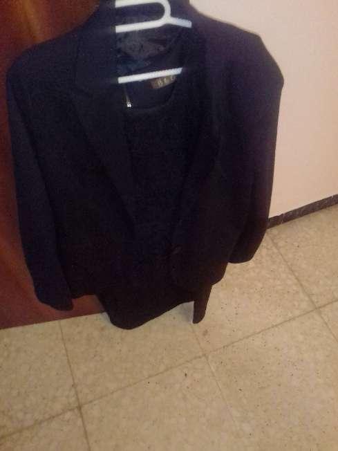 Imagen vestido y chaqueta negra