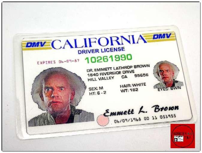 Imagen Licencia de conducción y tarjeta de visita del Dr. Browm