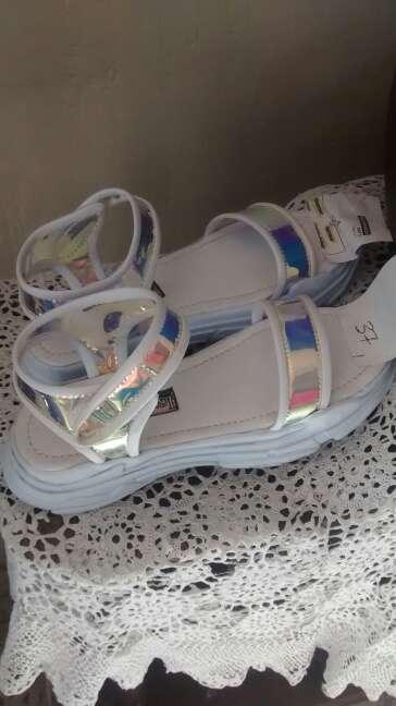 Imagen sandalias deportivas y bolsitos de mujer.