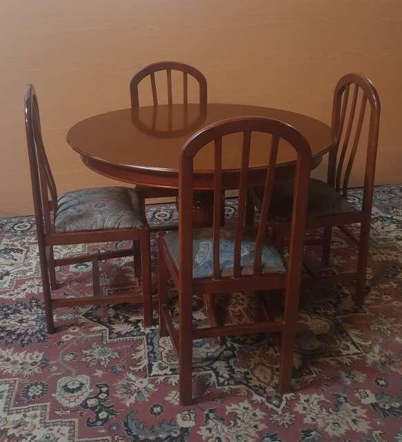 Imagen Mesa y cuatro sillas color nogal