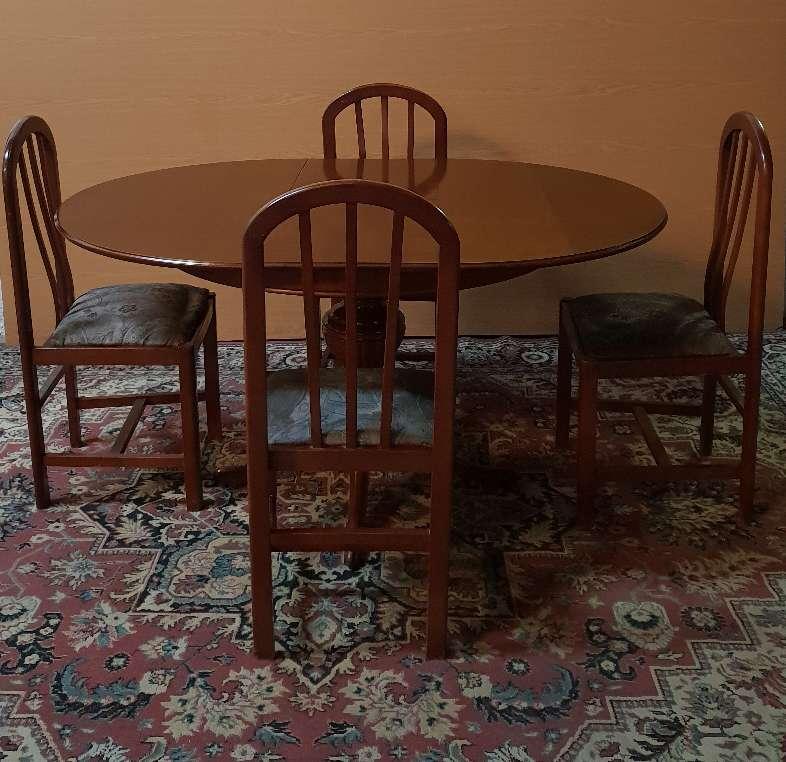 Imagen producto Mesa y cuatro sillas color nogal 4