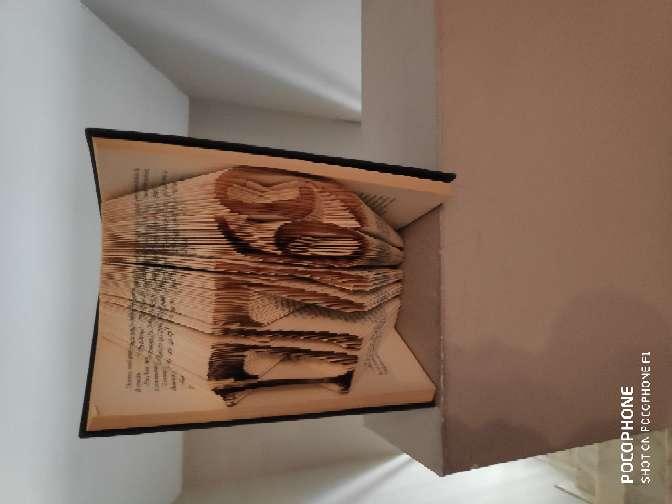 Imagen artesanía y libros intervenidos