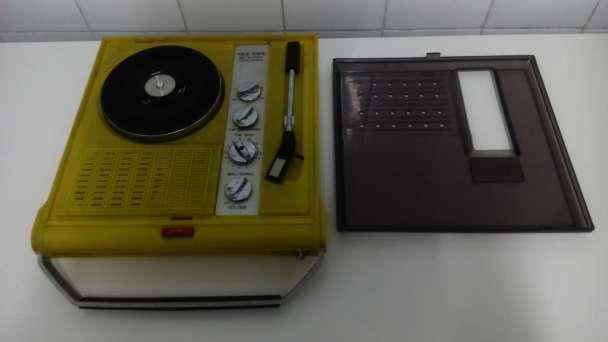 Imagen Tocadiscos portatil con radio vintage