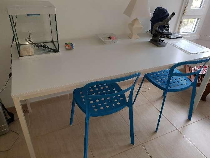 Imagen mesa escritorio y dos sillas