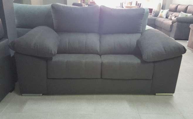 Imagen producto Sofa 2 plazas con pouff antimanchas marengo 2