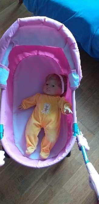 Imagen silla rosa más  muñeca