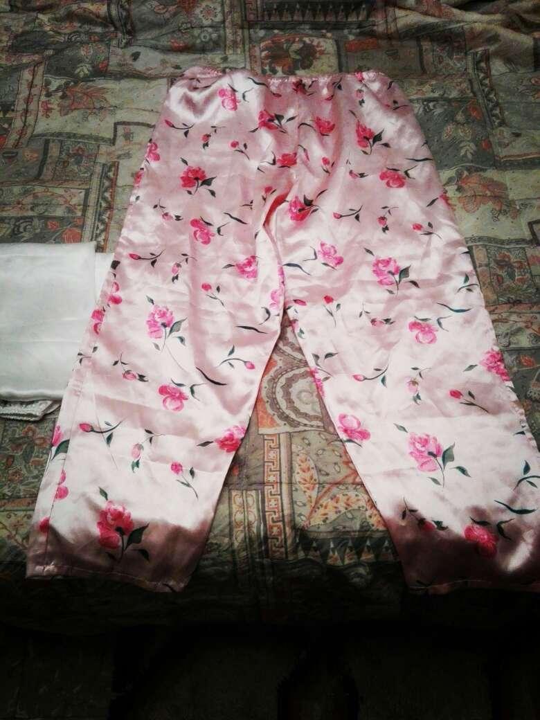 Imagen pantalón seda rosa flores