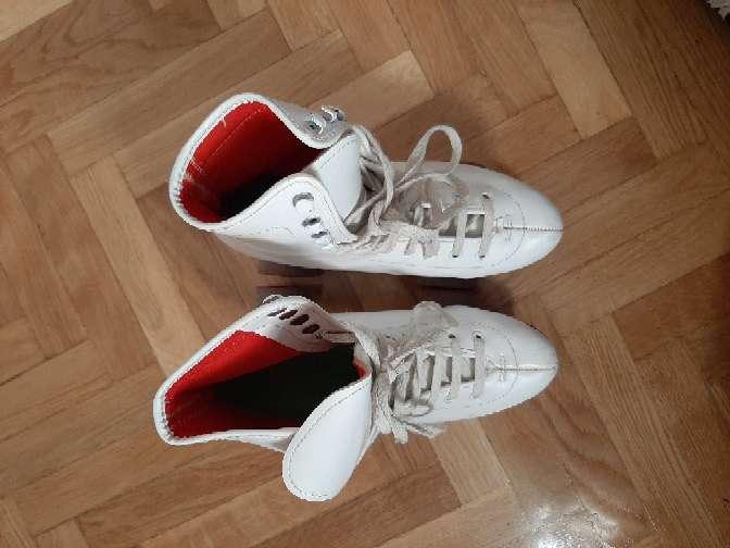 Imagen patines blancos cuatro ruedas.