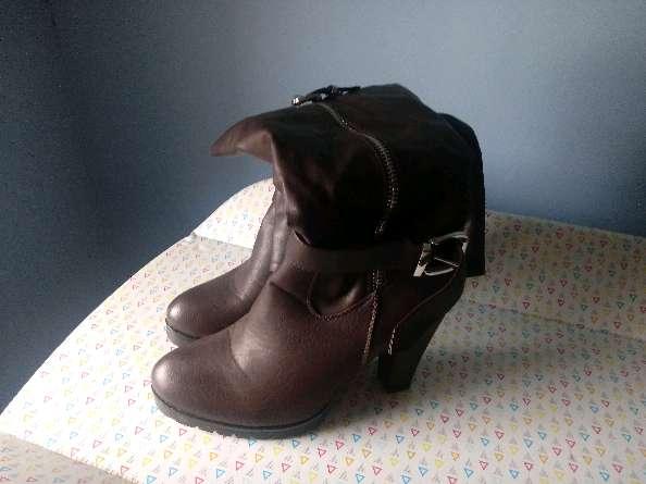 Imagen botas altas de tacón gordo sin usar deportivas y zuecos