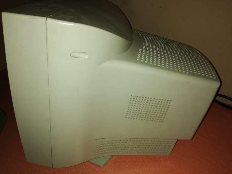 Imagen producto Pantalla PC Fujitsu SIEMENS Antigua Con Culo 2