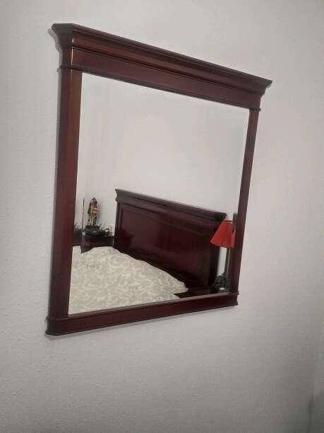 Imagen espejo con marco de caoba