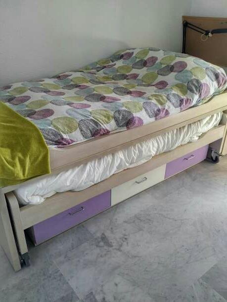 Imagen dormitorio juvenil vendo dormitorio juvenil en perfecto estado. consta de un compacto con dos camas, escritorio de 2.5 metros de largo, estantería y cómoda
