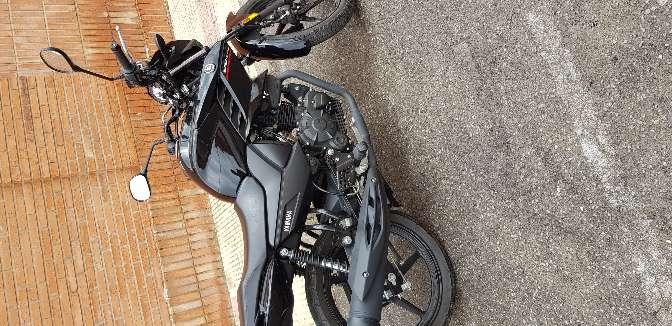 Imagen Yamaha ys125 negra.