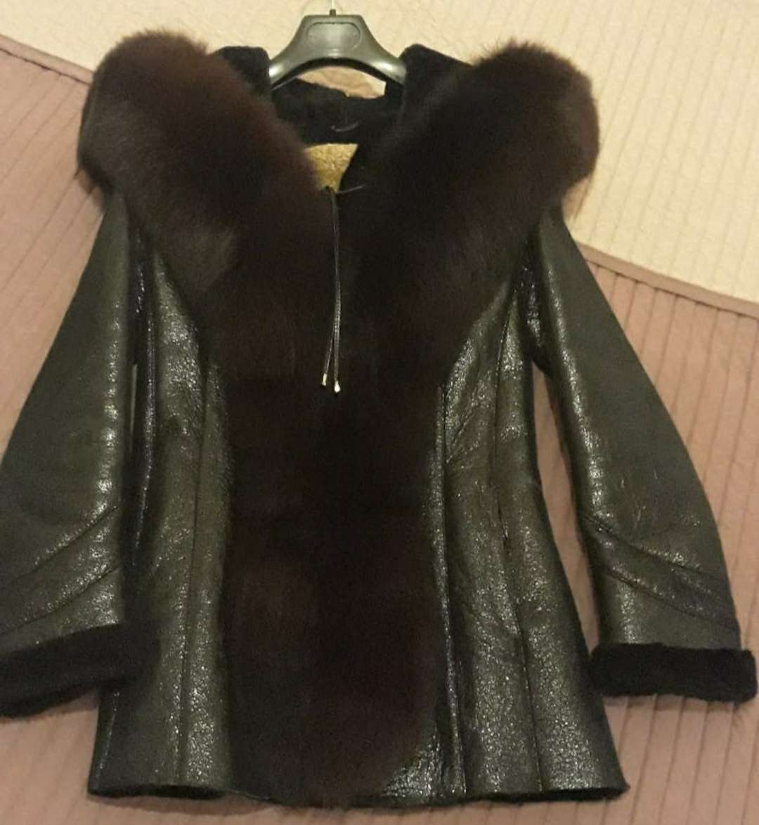 Imagen Abrigo de piel con capucha de zorro ártico natural.