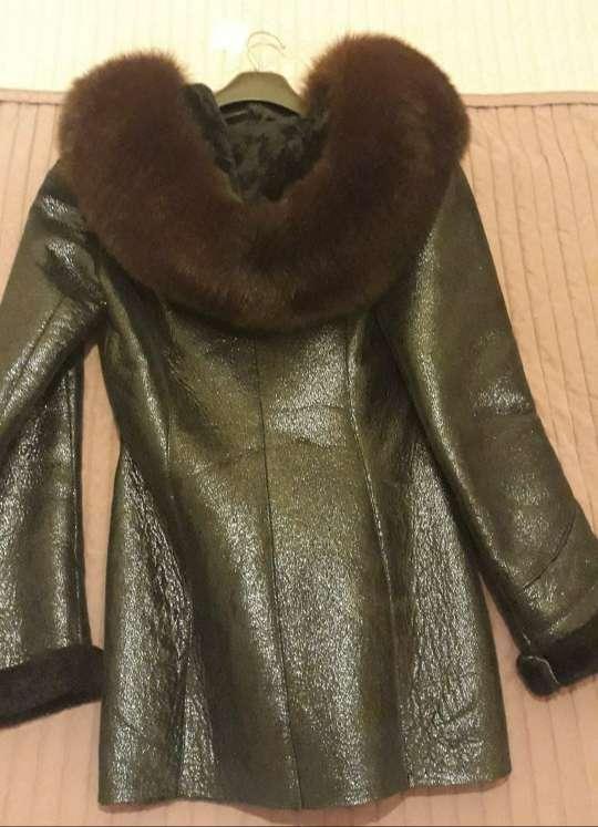 Imagen producto Abrigo de piel con capucha de zorro ártico natural. 3