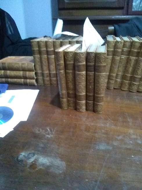 Imagen 25 libros, reliquias, en frances, año 1930. Rosario