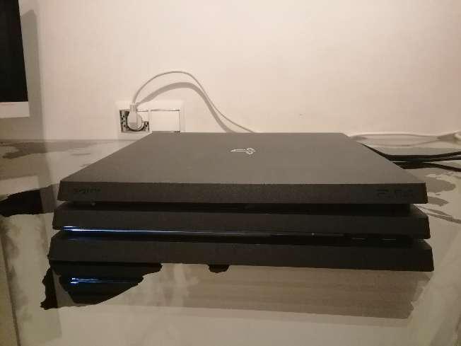 Imagen PS4 pro seminueva con mando, juegos y cables