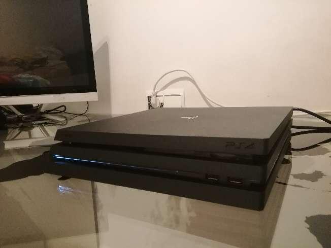 Imagen producto PS4 pro seminueva con mando, juegos y cables 2
