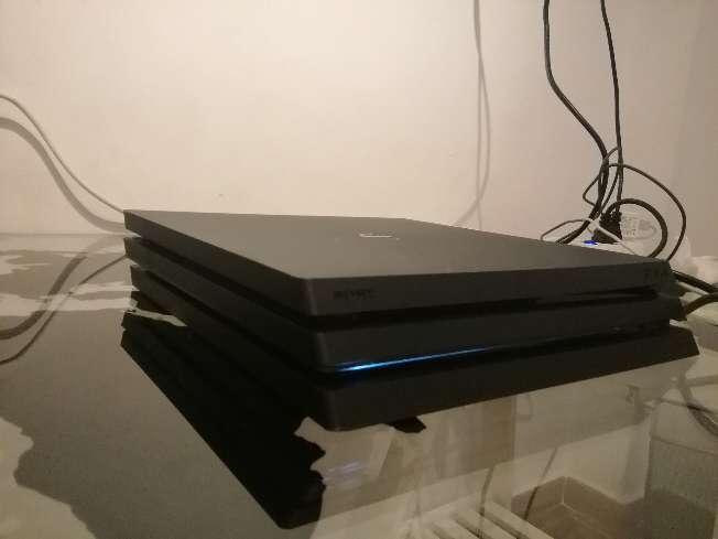 Imagen producto PS4 pro seminueva con mando, juegos y cables 7