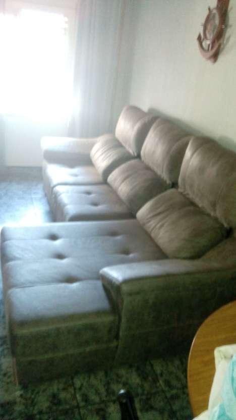 Imagen sofá de piel auténtica primera calidad,3 meses de uso , vendo por cambio por tena de espacio,,,,me costo, 2500 euros !!!!!3 metros de largo por180 de ancho .674463248