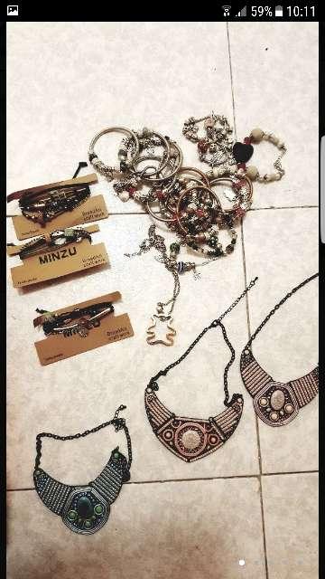 Imagen collares y pulseras