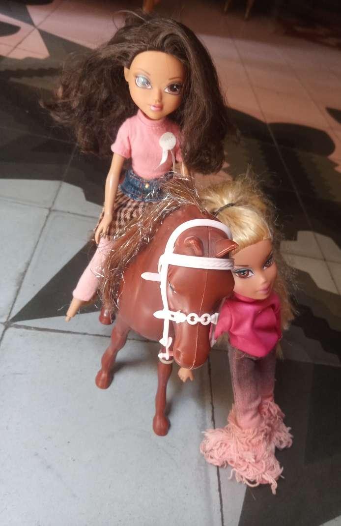 Imagen Dos muñecas y un caballo