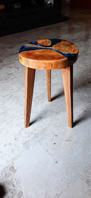 Imagen Taburete de madera de pino  con resina epoxy
