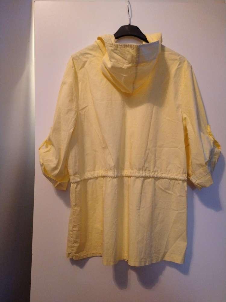 Imagen chaqueta amarilla con capucha