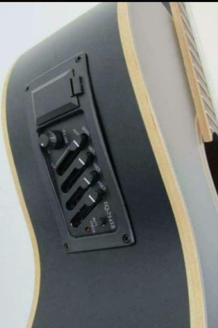 Imagen producto Guitarra clásica marca amplificada. O cambio  2