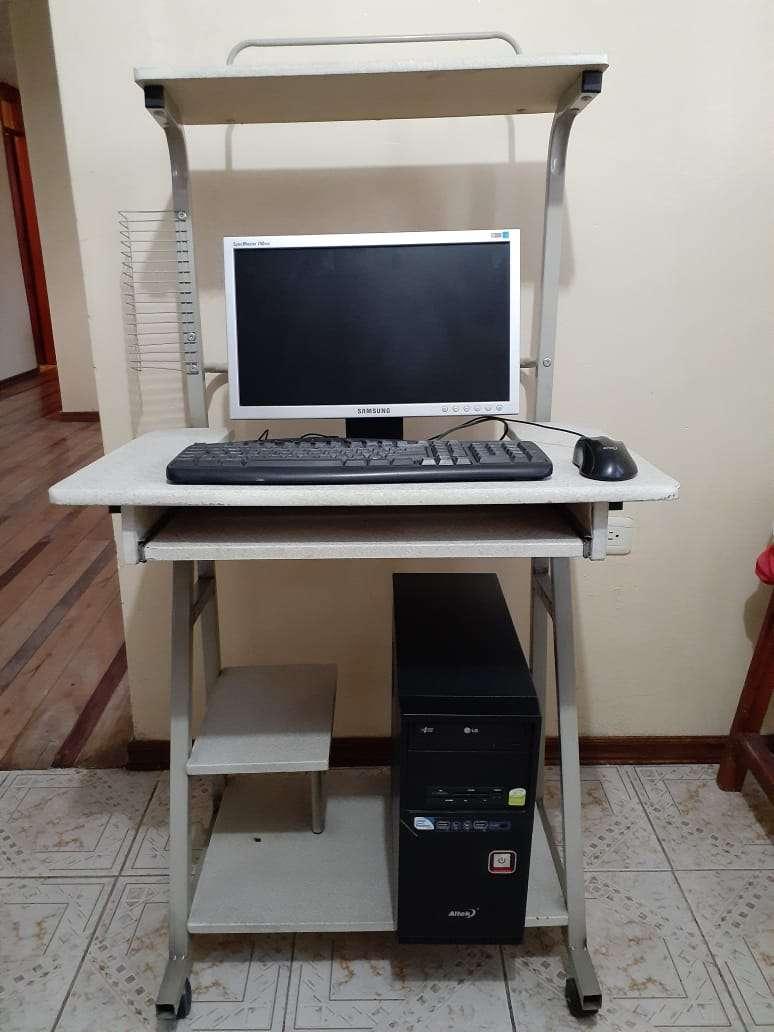 Imagen computadora de escritorio con mesa