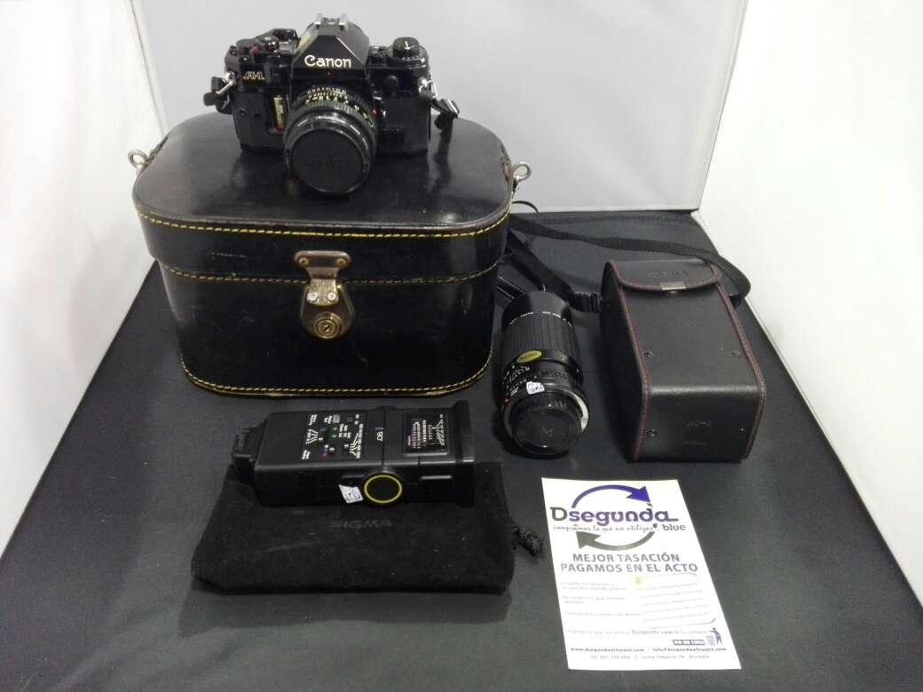 Imagen camara canon con flash y objetivo incluyendo sus bolsas