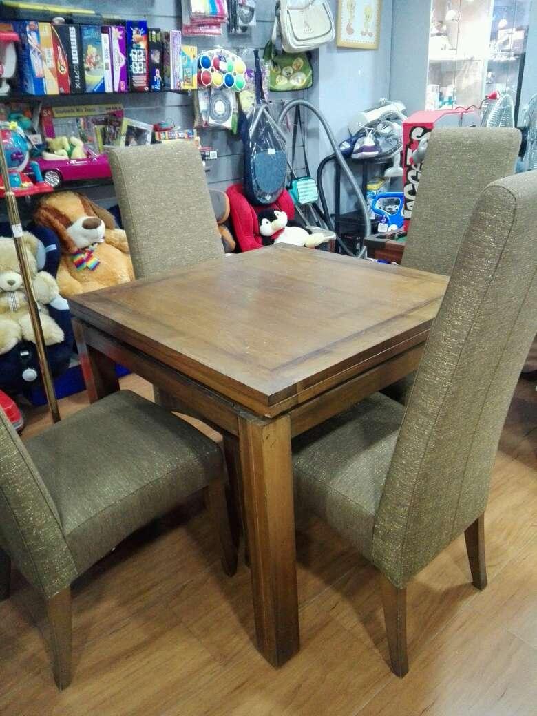 Imagen mesa de madera con 4 sillas