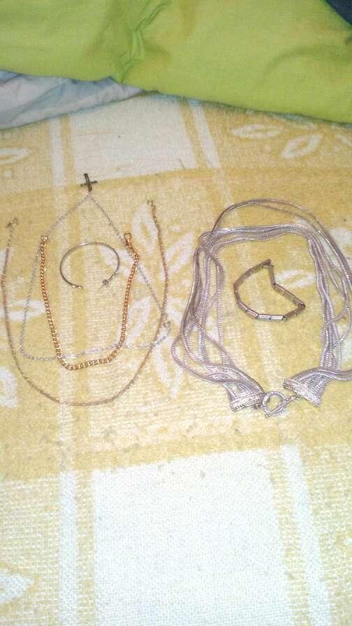 Imagen producto Bandejitas de plata una cajita una pluma antigua y algo de bisuteria. 2