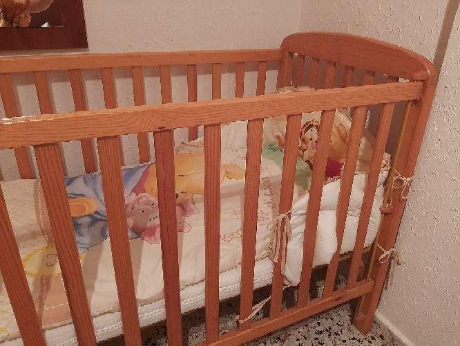 Imagen producto Cuna con colchón y 2 juegos de almohadas, manta y edredón. 3