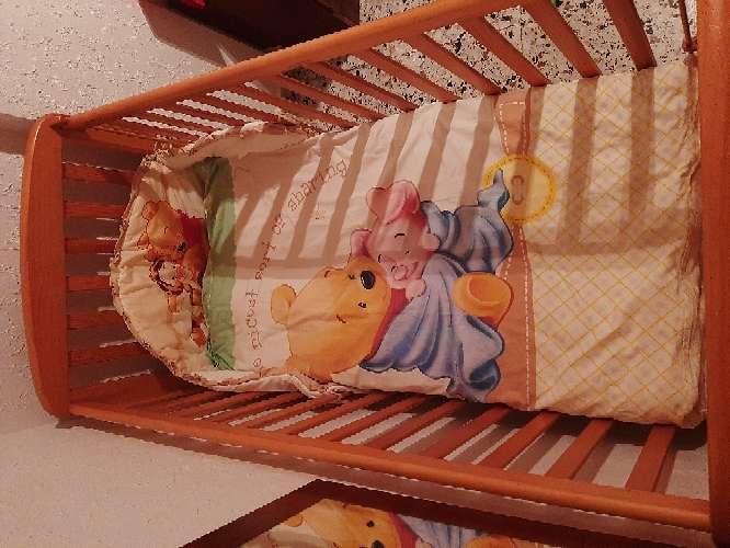 Imagen producto Cuna con colchón y 2 juegos de almohadas, manta y edredón. 1