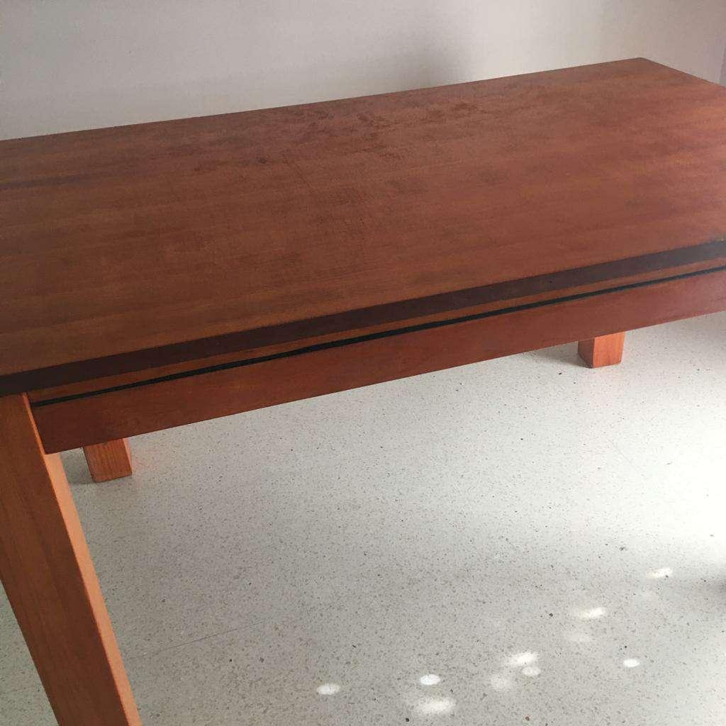 Imagen vendo mesa de madera maciza en perfecto estado