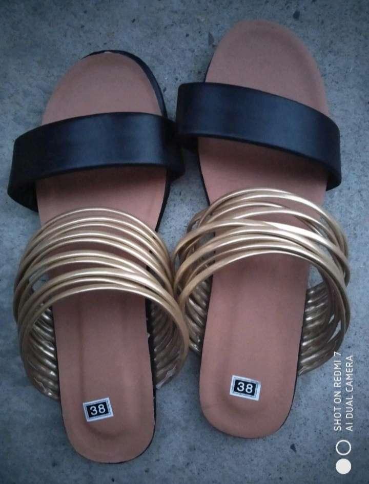 Imagen Sandalias negras y doradas