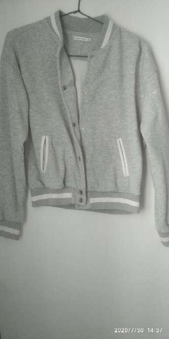 Imagen chaquetas negra y gris