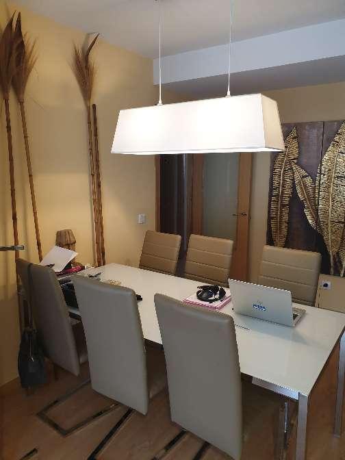 Imagen mesa de comedor de cristal blanco y seis sillas modernas