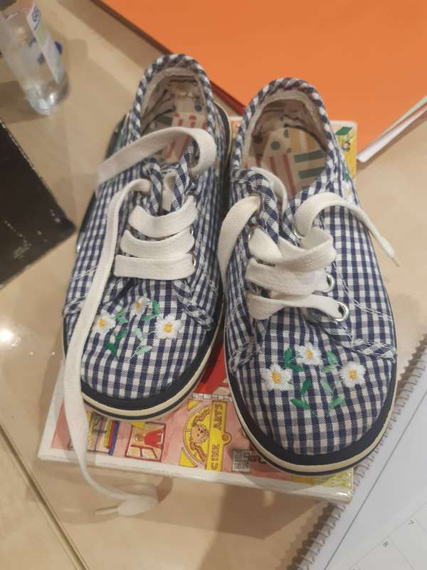 Imagen zapatillas de niña sin entrenar
